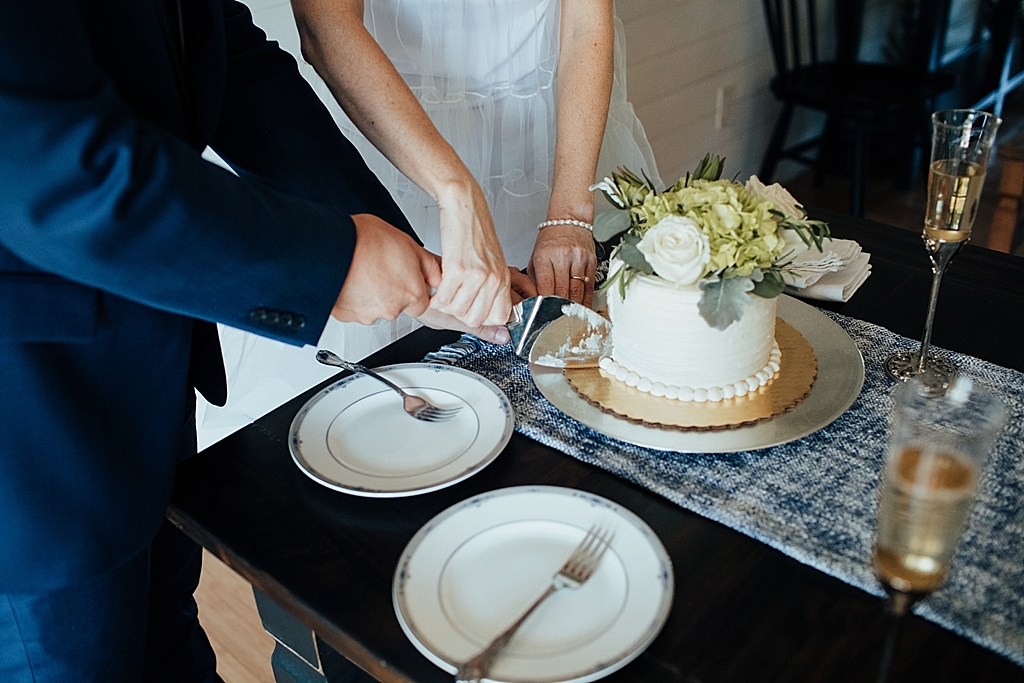 cutting the cake at your wedding